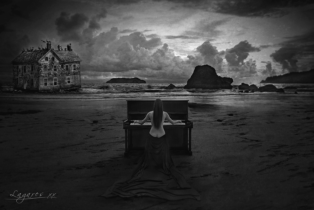 chica semidesnuda tocando el piano en playa del Pacífico. retrato fine-art en blanco y negro.