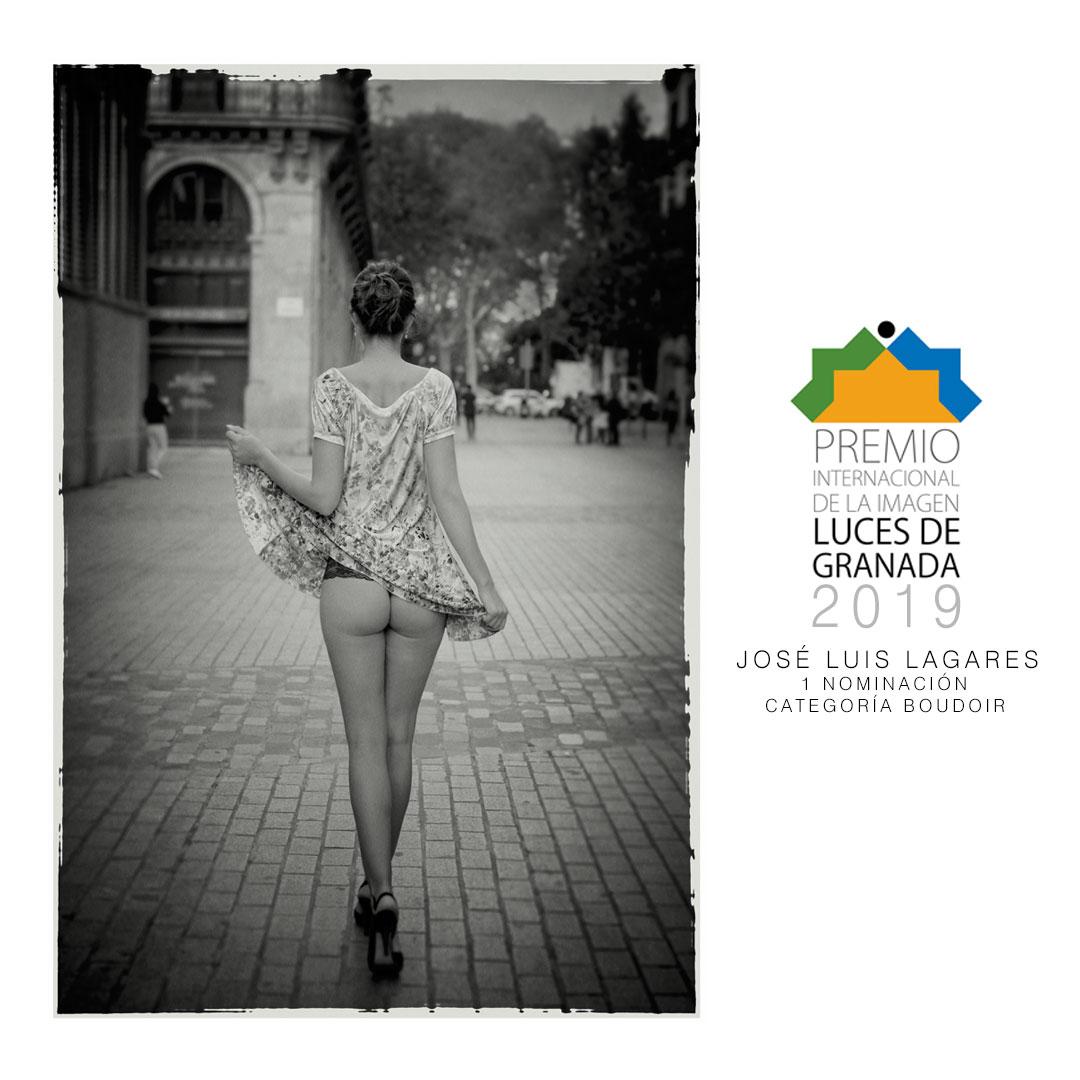 chica caminando de forma sensual por la calle en blanco y negro realizada por josé luis lagares, fotógrafo de Lloret de Mar, Girona