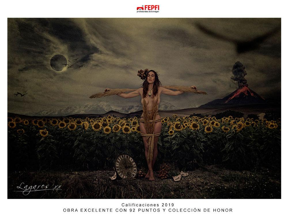 Chica desnuda en campo de girasoles con reloj antiguo y volcán en erupción al fondo