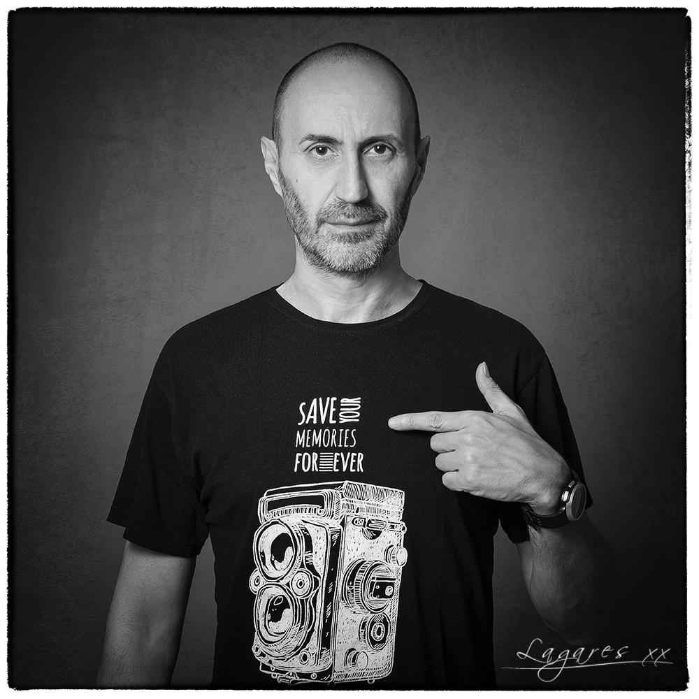 Autorretrato en blanco y negro de José Luis Lagares, fotógrafo profesional de Cornellá de Llobregat (Barcelona) y Lloret de Mar (Girona)